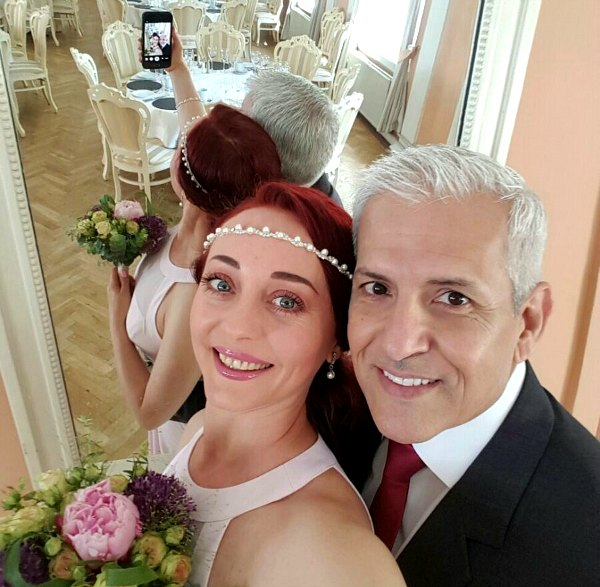 wedding slefie, groom, bride