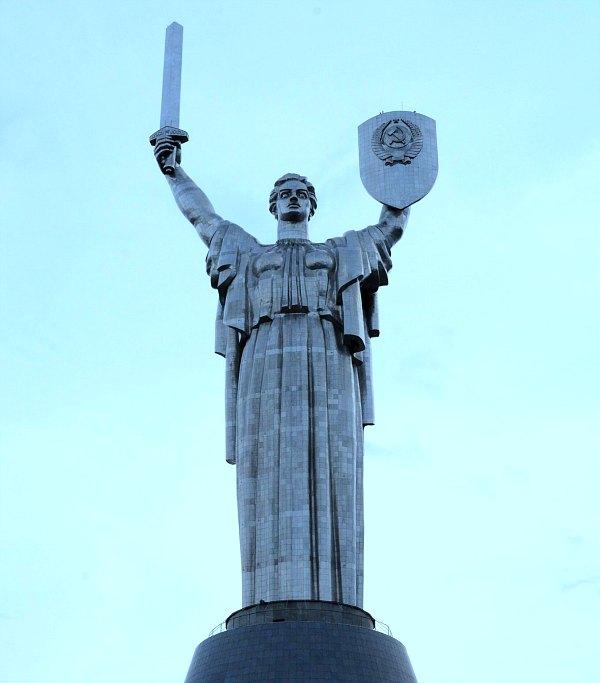 Kev Rodina Mat statue