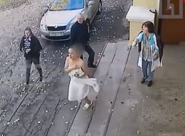 Nude Russian woman ran after a thief (video)