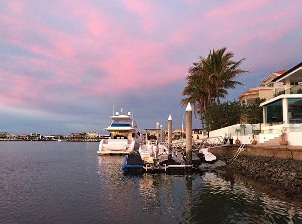 Закат у воды, яхты.