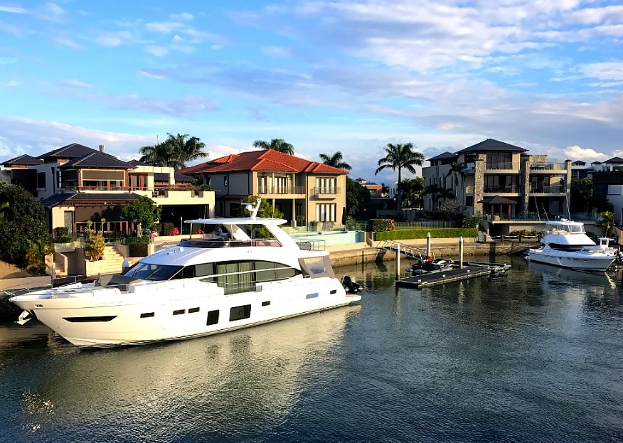 Красивая жизнь: крутой дом, яхта и море.