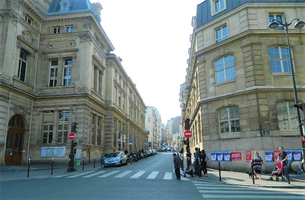 На улице Парижа.