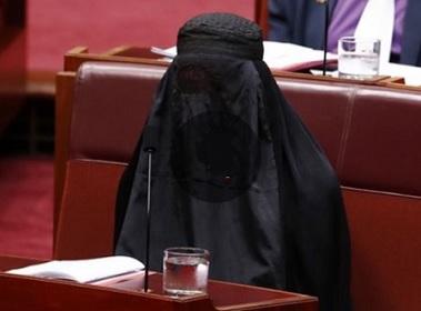 Эпатажная австралийская сенаторша Полин Хансон появилась на заседании парламента в бурке.
