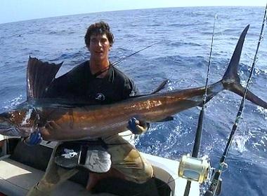 Рыбак из Австралии 6 часов плыл в океане, полном акул, чтобы выжить
