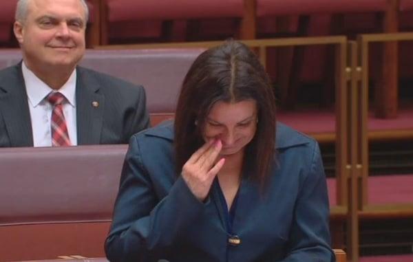 Джеки Лэмби плачет в сенате.